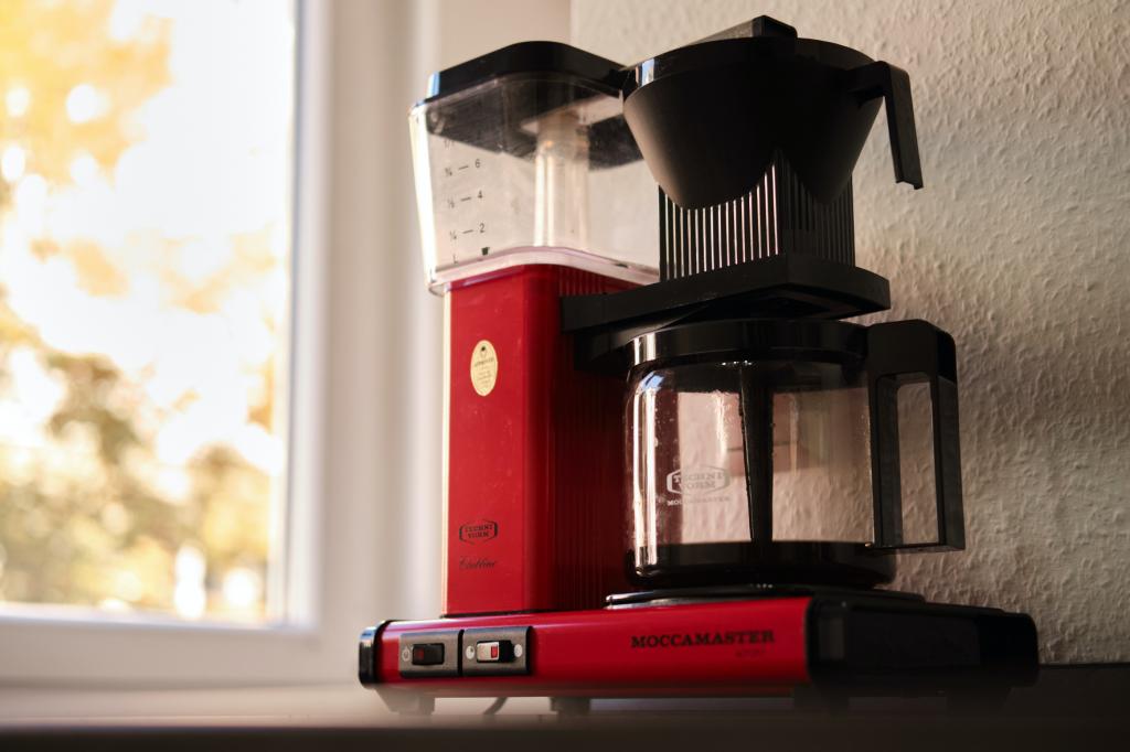 červený překapávací kávovar moccamaster na přípravu filtrované kávy