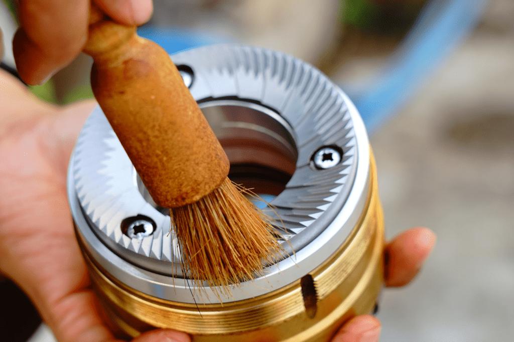 manuální čištění mlecích kamenů mlýnku