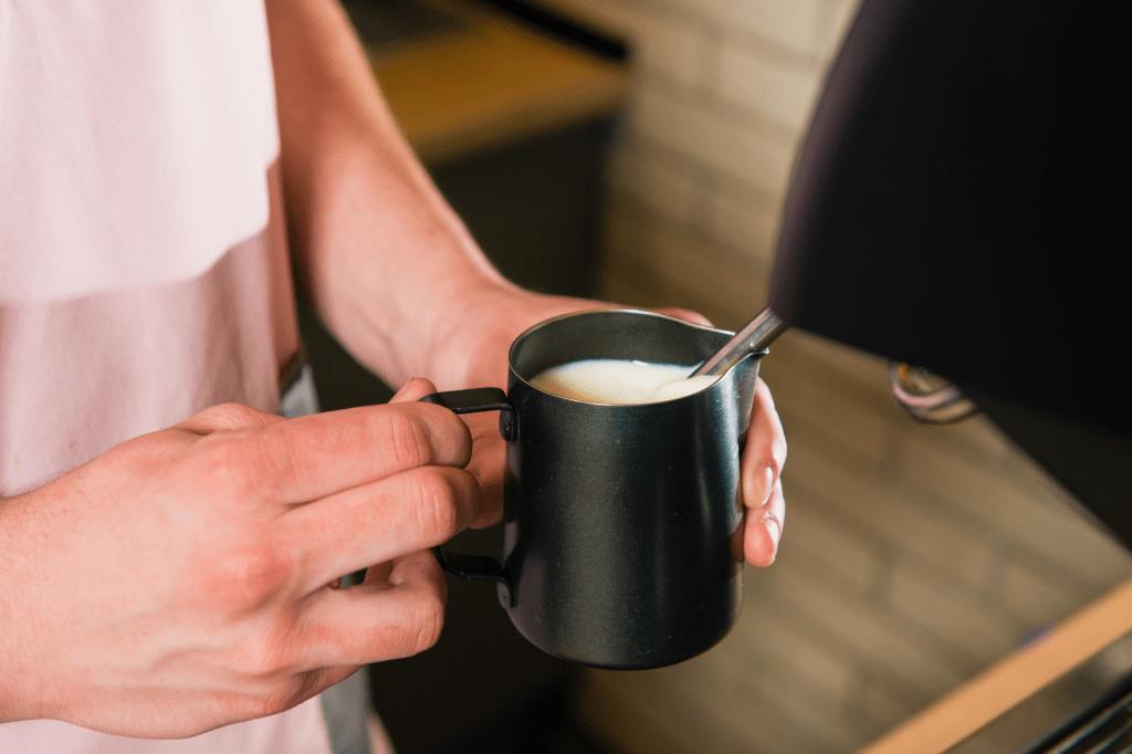 šlehání mléka do kávy na kávovaru s tryskou