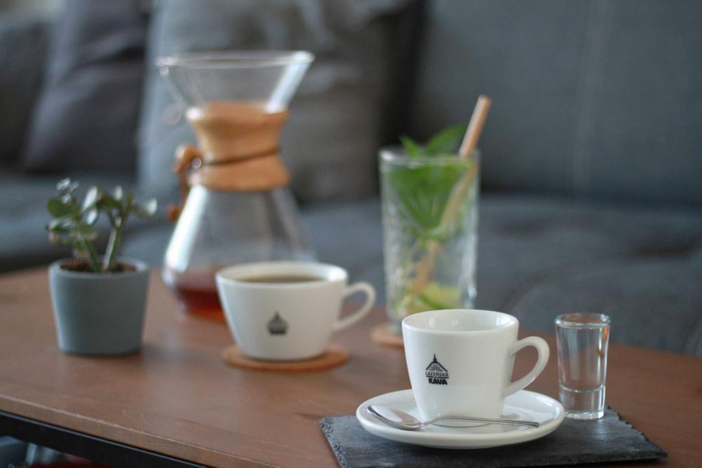 filtrovaná káva připravená v chemexu a servírovaná v dvou bílých šálcích Lázeňská káva