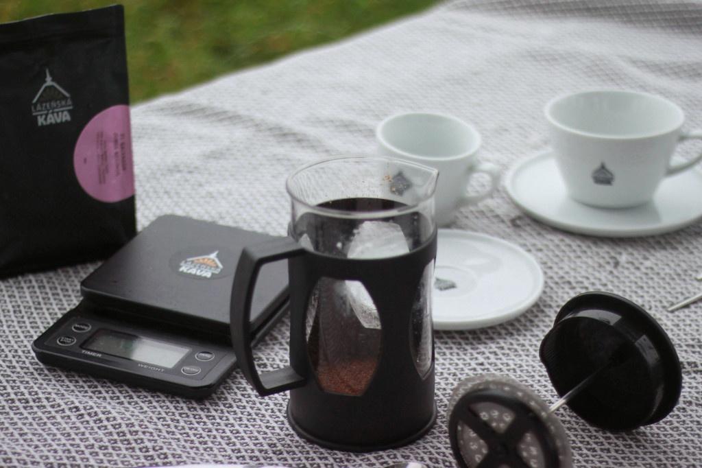 french press a šálky na kávu lázeňská káva