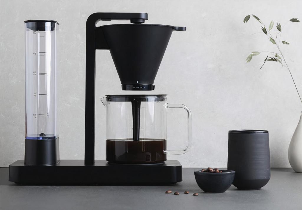 Černý designový překapávací kávovar Wilfa