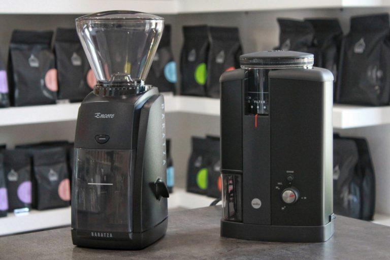 černé elektrické mlýnky na filtrovanou kávu Baratza Encore a Wilfa Svart