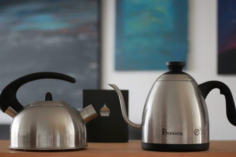 baristická konvice s husím krkem pro přípravu filtrované kávy