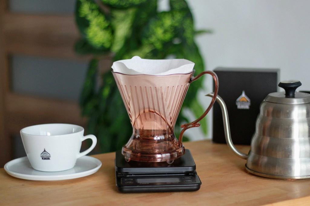 přístroj pro přípravu filtrované kávy - plastový clever dripper neboli chytráček, šálek na kávu Lázešnká káva a stříbrná konvice s husím krkem
