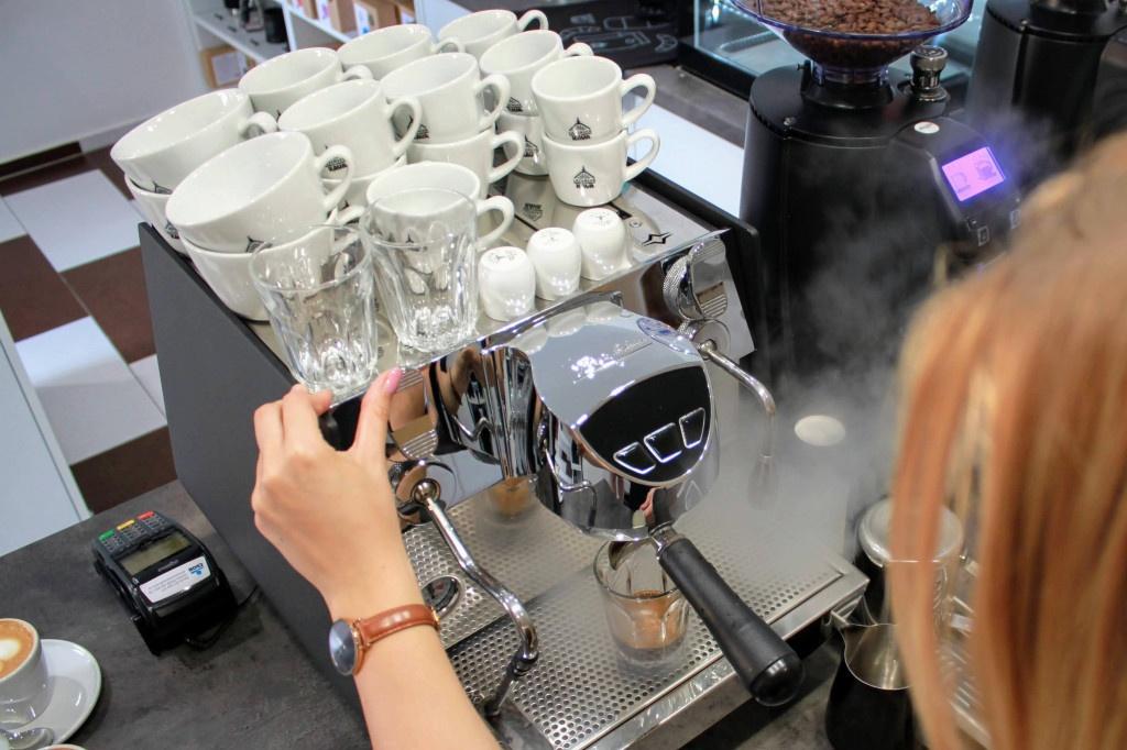 příprava espressa na jednopákovém kávovaru Victoria Arduino