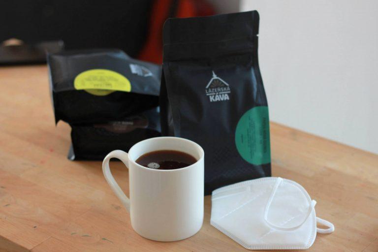 hrneček s filtrovanou kávou a zrnka výběrové kávy Lázeňská káva