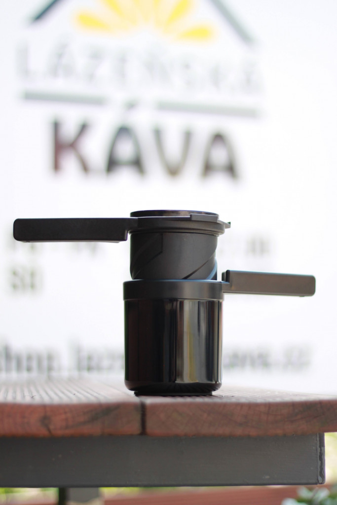 černý Twist Press - nástroj k přípravě filtrované kávy