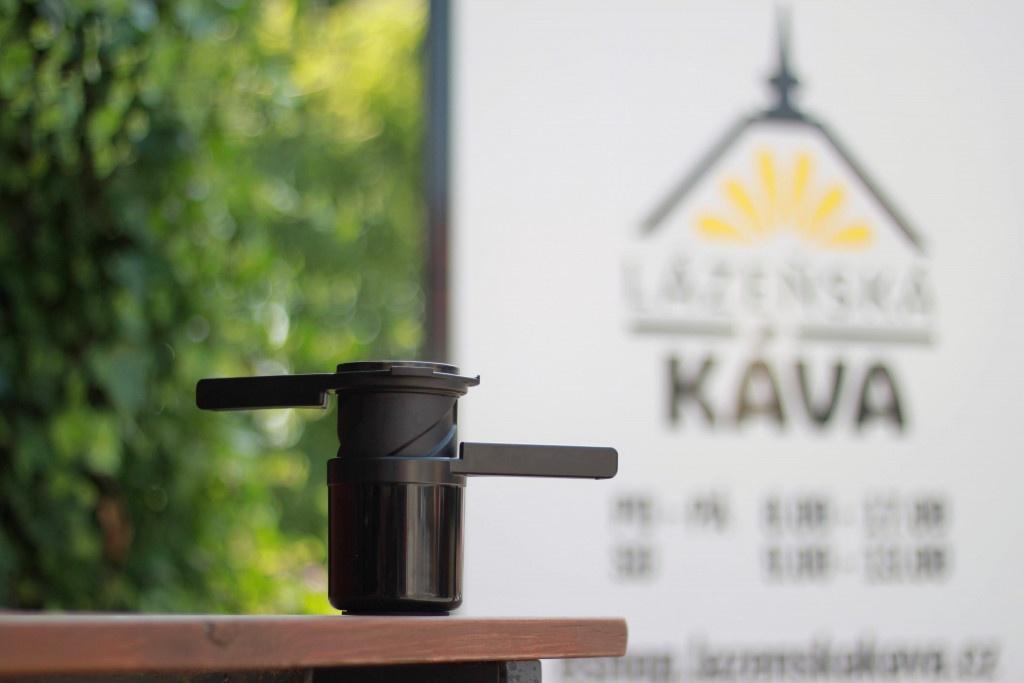 černý přístroj k přípravě filtrované kávy Twist Press