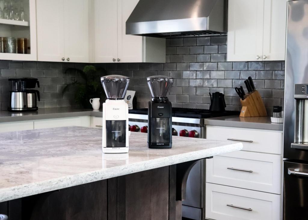 bílý a černý elektrický mlýnek na kávu Baratza Encore