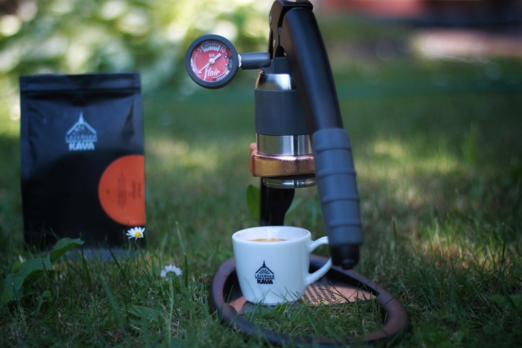 příprava kávy v černém ručním pákovém kávovaru Flair Espress