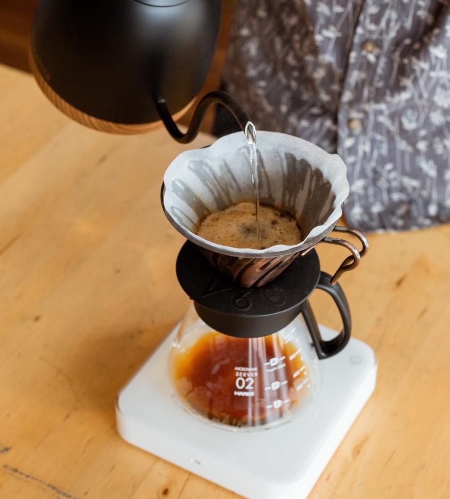 příprava filtrované kávy v černém matném překapávači Hario V60