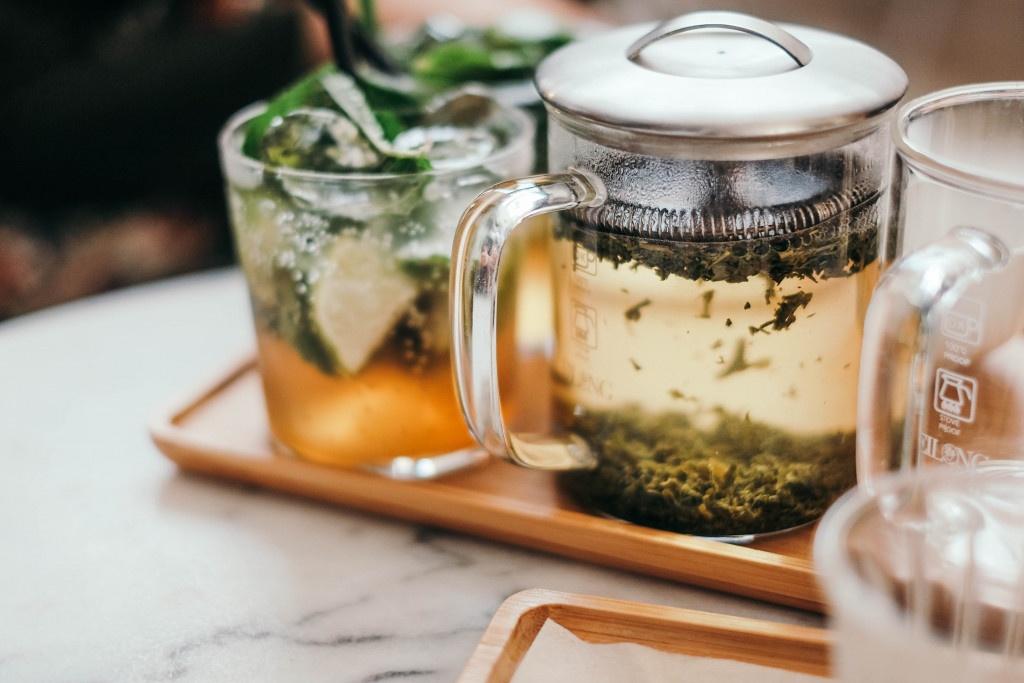 servírování sypáného čaje ve skleněném frenchpressu