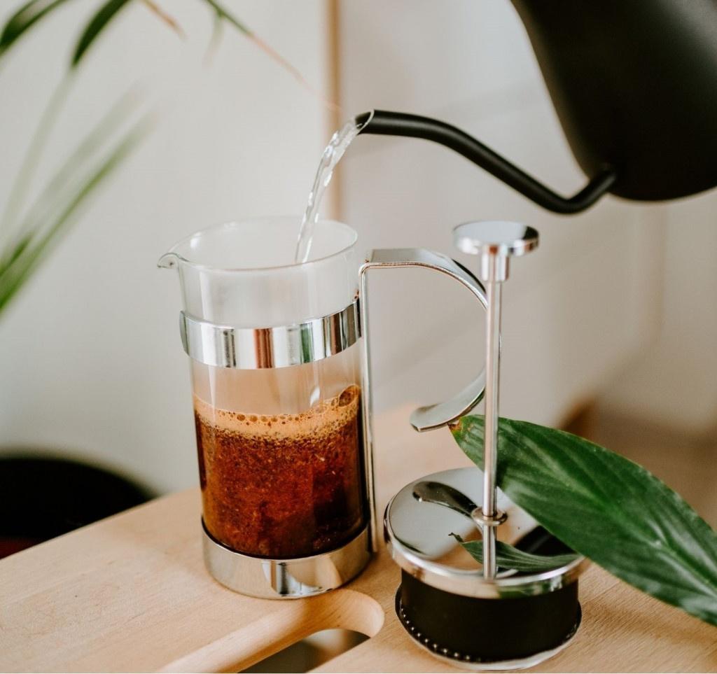 příprava kávy ve skleněném French Pressu