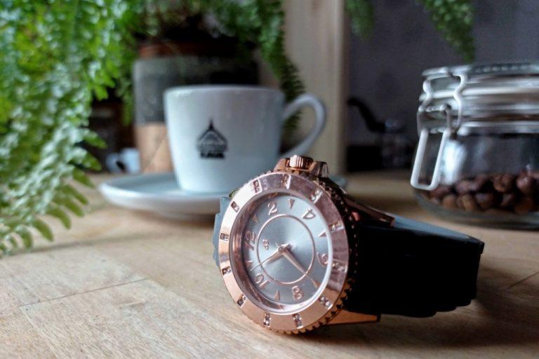 hodinky a šálek kávy