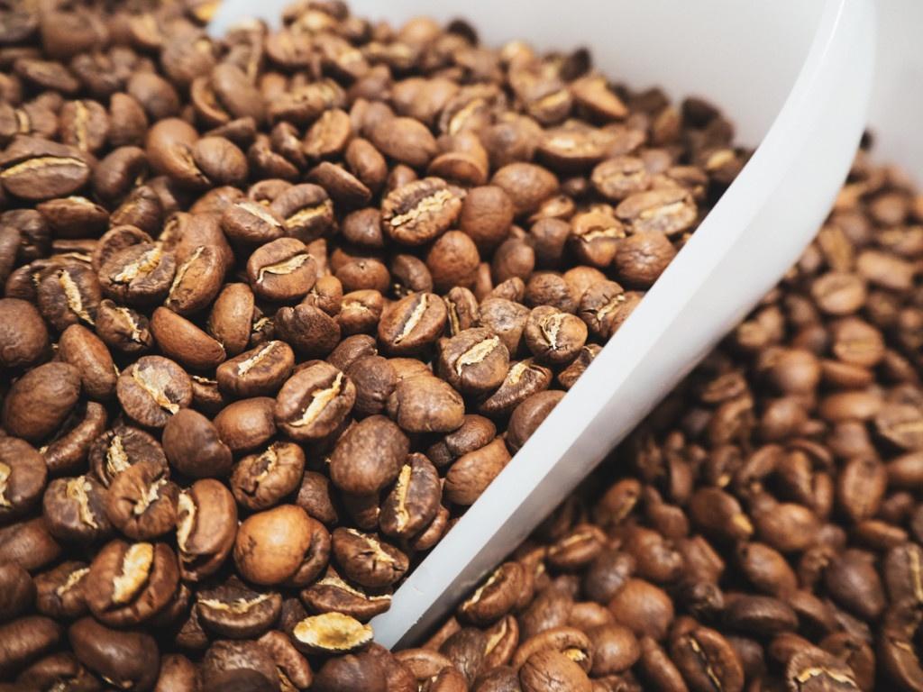 zrna pražené kávy