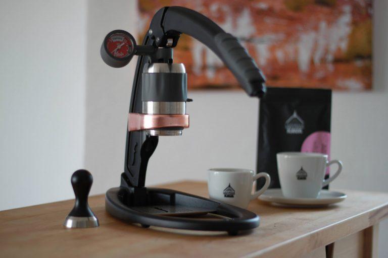 Černý ruční pákový kávovar Flair Signature Espresso