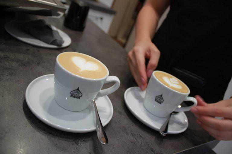 cappuccino se srdíčkem v šálku Lázeňská káva a cappuccino s tulipánem s šálku Lázeňská káva