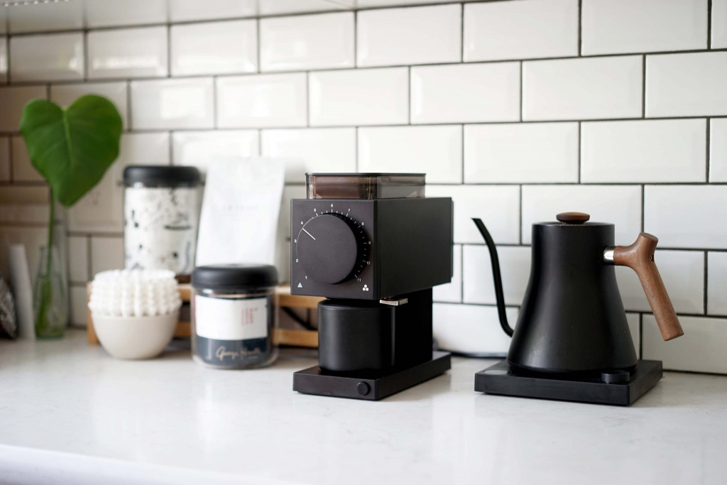 kávový koutek s elektrickým mlýnkem na filtrovanou kávu Fellow ODE a baristickou konvicí Fellow
