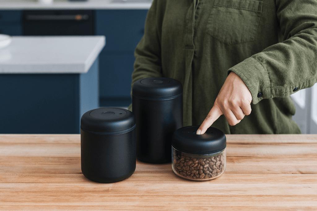 černé vakuové dózy na kávu Fellow