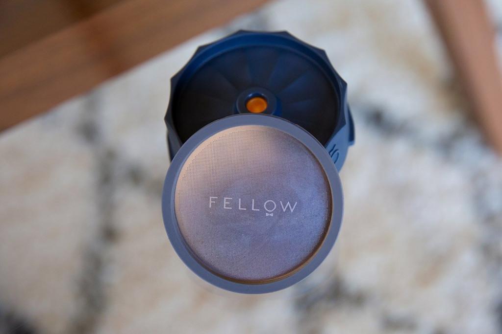 šedý kovový filtr Fellow Prismo pro přípravu filtrované kávy v AeroPress