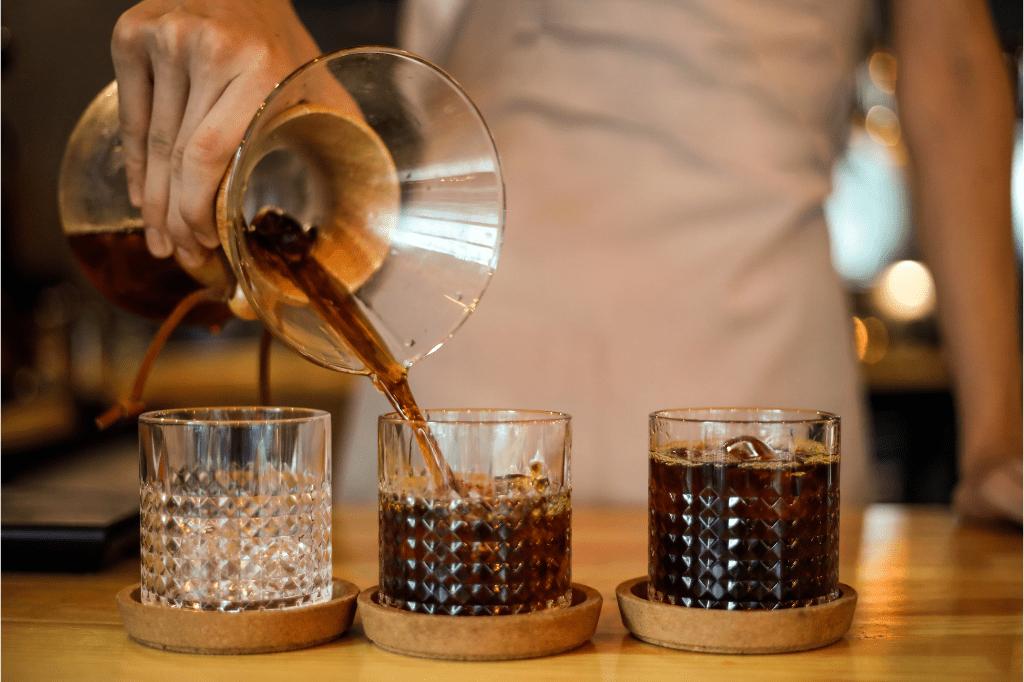 skleničky s filtrovanou kávou