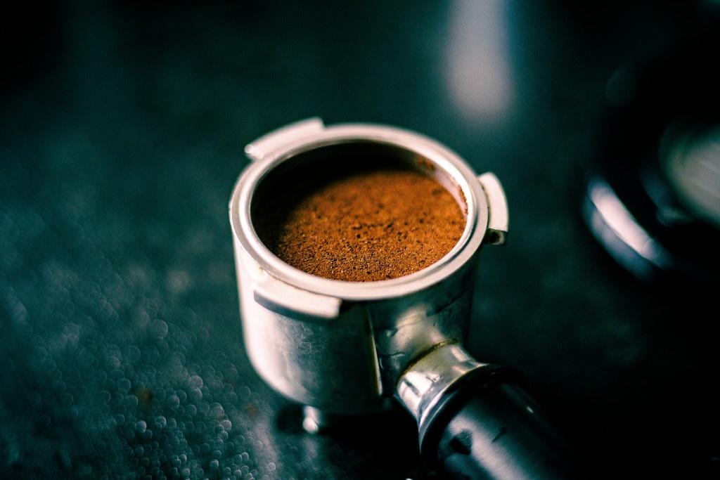 utampovaná mletá káva v portafilteru