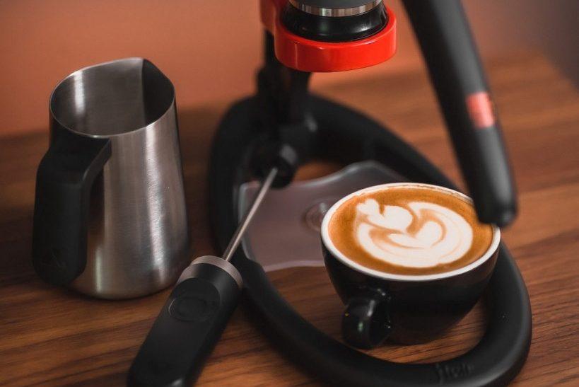 latte art s flair espresso maker a šlehačem mléka subminimal nanofoamer