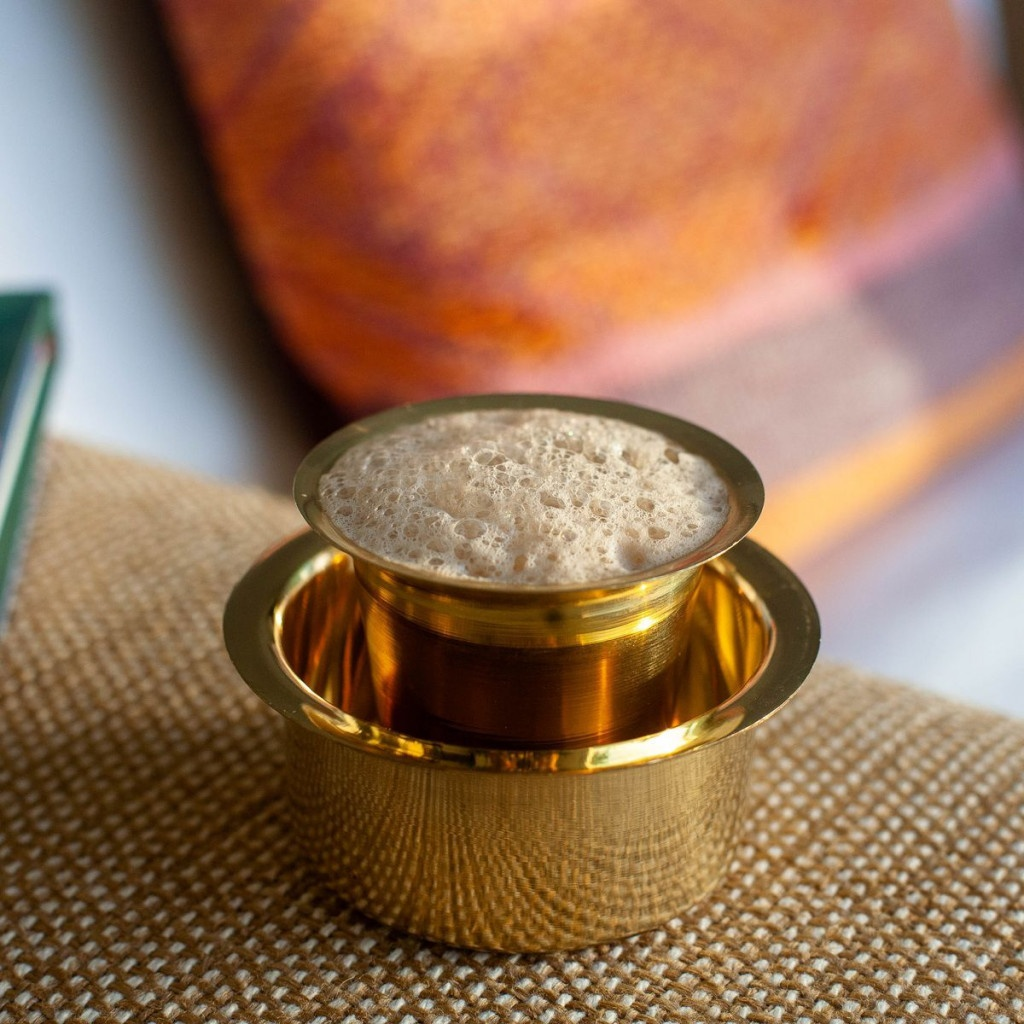 indická filtrovaná káva v zlatém šálku